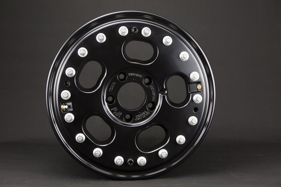 The 18-inch TIBUS beadlock wheel is black powder-coated. Because of the Mercedes-bolt pattern, it fits all G-types and is perfectly matched to our TIBUS bolt-on portals due to it's offset of 65 mm.