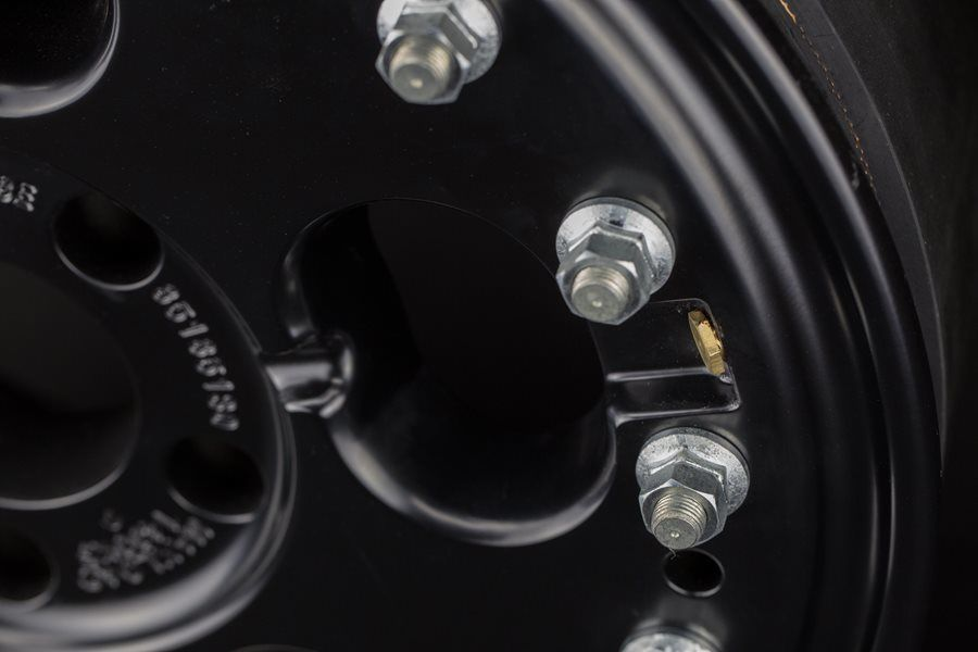 The valve stem is simultaneously easily accessible and reliably protected by TIBUS beadlock wheels to optimally avoid any damage.