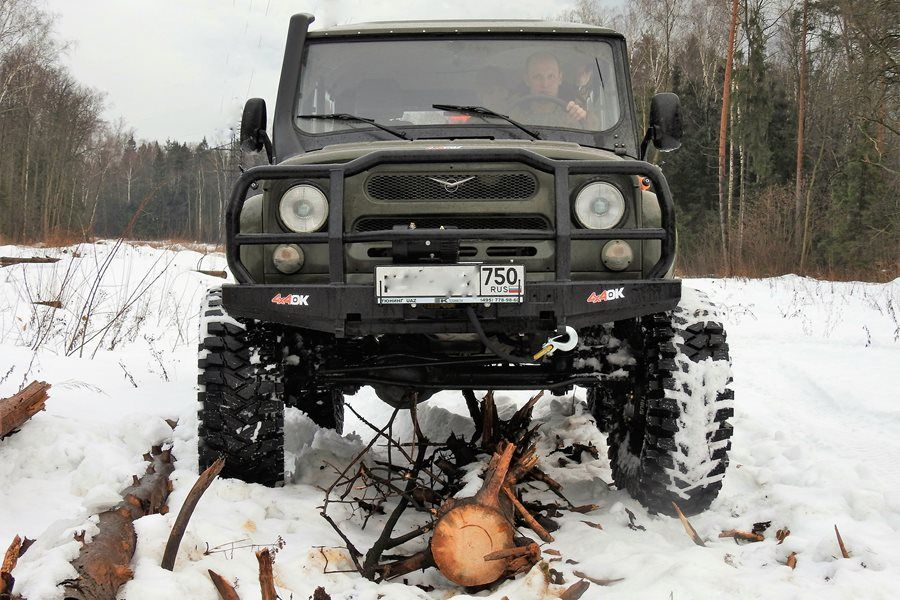 "Something like this can't stop an UAZ. Especially when equipped with TIBUS Bolt-on portals. A ""Hunter"" is suitable for deep snow anyway."